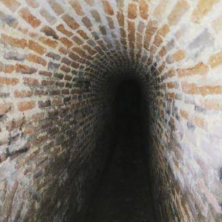 En el subsuelo madrileño se encuentran más de 120 kilómetros de galerías subterráneas . Descúbrelo todo en nuestro blog: madridandyou.com/recorre-de-manera-virtual-los-viajes-de-agua-de-madrid/