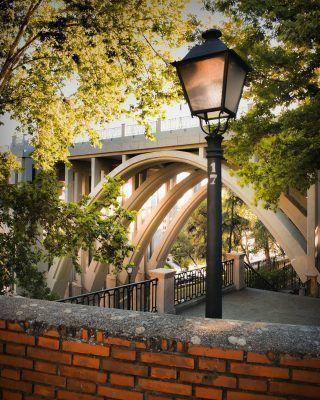 El lugar del que todo turista se olvida! 🤔 . Se trata del Viaducto de Segovia! Esta increíble maravilla arquitectónica se encuentra a tan solo unos pasos de sitios como el Palacio Real o la Catedral de la Almudena, sin embargo muchos se olvidan de ella. A pesar de su triste historia (es conocido como el puente de los suicidios), es un lugar espectacular, que si o si tendrás que visitar! . . . . . . . . . . #arquitecturademadrid #viaductodesegovia #lugaresdemadrid #timeoutmadrid #madrid #madridtourism #turismomadrid #madridespaña #madridcity #palaciorealmadrid #palacioreal #laalmudena #catedraldelaalmudena #jardinesdesabatini #atochamadrid #elretiro #atocha #madridmegusta #madridescultura #timeoutmadrid #visitmadrid #visitamadrid #madridmegusta