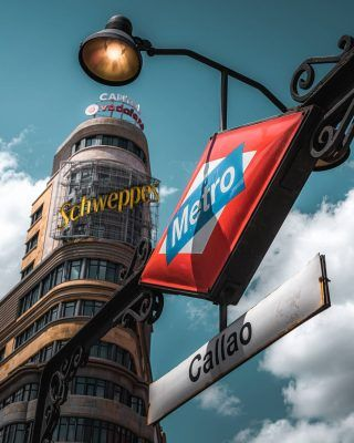 Que es lo que más te gusta hacer en Madrid? . Dar un paseo en barca por el retiro, ver el atardecer desde Debod, Comer un bocata de Calamares en Plaza mayor... . Sin duda es difícil elegir! Pero por suerte, hoy hemos publicado la guía definitiva de cosas que si o si hay que hacer cuando se visita Madrid (enlace en la bio)! Échale un vistazo y dinos si has hecho todas ellas o te falta alguna!  . . . . . . . #debod #templodedebod #callao #granvia #elretiro #parquedelretiro #palaciorealdemadrid #catedraldelaalmudena #laalmudena #madrid🇪🇸 #madrid #quehacerenmadrid #queverenmadrid #madridespaña #madridciudad #timeoutmadrid #madridlovers #madrid_monumental #madridcapital