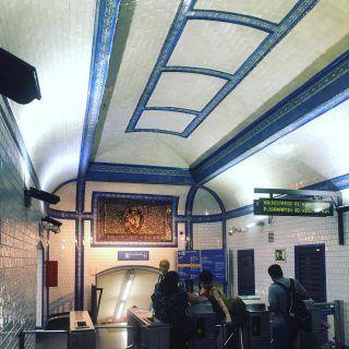 Dicen que la estación de Tirso de Molina de metro de Madrid está llena de enterramientos. Yo por si acaso paso rápido aunque si me cruzo con algún fantasma seguro que no me doy cuenta.