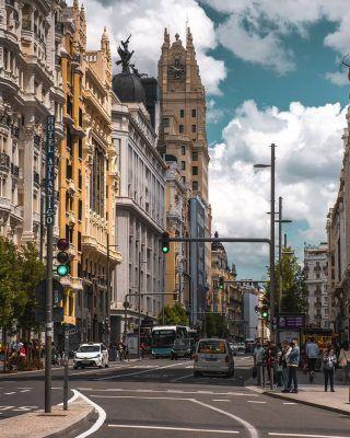 La Gran Vía es sin duda una de las calles más importantes de Madrid, pero... ¿Por qué? . El motivo principal, es que además de ser una calle muy comercial, donde se puede hacer de todo; alojarte en algunos de los mejores hoteles de la ciudad, ir a al cine o al teatro, disfrutar de vistas increíbles o incluso ir al banco si lo necesitas, también es una calle que mejoró muchísimo las comunicaciones de la ciudad, uniendo el centro y el noroeste. . . . . . . . . #madrid #timeoutmadrid #madridmola #madridtourism #visitamadrid #lagranvia #callegranvia #granviamadrid #granvia #granviademadrid #madridsummer #veranoenmadrid #madridturismo #visitmadrid #madridcultura #conocemadrid #descubremadrid #madrid❤️