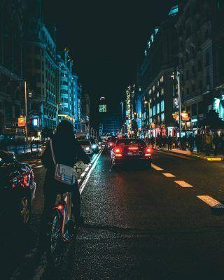 Madrid de noche!😍 . Si os decimos que Madrid tiene una cantidad infinita de planes es por algo. . Y es que da igual la hora que sea, siempre encontrarás cosas que hacer! . De noche la ciudad está incluso más activa y siempre verás un ambiente espectacular. . Por supuesto, ahora no es lo mismo por lo que todos ya sabemos, pero aún así encontrarás planes geniales! . . . . . . . #madriddenoche #madridnocturno #planespormadrid #granviamadrid #lagranvia #granvia #madridmola #turismomadrid #timeoutmadrid #madridciudad #callaomadrid #callao #madridespaña #madrid🇪🇸 #madrid #madridturismo #visitarmadrid #visitmadrid #queverenmadrid #lugaresdemadrid