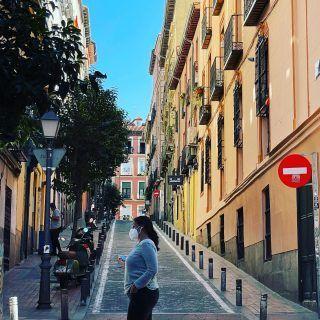 #Madrid sorprende . Sus barrios esconden rincones secretos llenos de encanto . Hoy hemos venido a #Malasaña para ayudar a una clienta extranjera a escoger la casa de sus sueños , porque ha escogido Madrid como la ciudad en la que quiere pasar el resto de su vida ¿no os parece genial? #visitasguiadas #realstate estamos en la calle Escorial