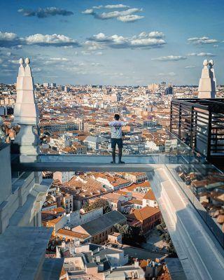 Tiene el @hotelriuplazaespana las mejores vistas de todo Madrid?🤔 Con este fotón de @oliverfoerschner desde luego que como mínimo lo tenemos que poner en el top 10! . Para ti, ¿Cuáles son las mejores vistas de Madrid? . . . . . . . . . . #hotelriu #hotelriuplazaespaña #plazaespaña #plazadeespaña #hotelriuplazadeespaña #miradoresdemadrid #demadridalcielo #madriddesdeelcielo #terrazasdemadrid #madrid #madridespaña #madrid🇪🇸 #madridciudad #españa #queverenespaña #madridturismo #visitamadrid #timeoutmadrid