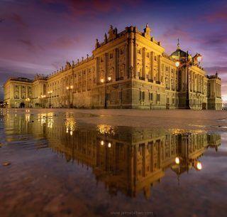 El Palacio Real después de la lluvia es lo más bonito que vas a ver hoy! Pero primero, aprovechemos estos días soleados antes de que lleguen las lluvias otoñales, para dar largos paseos por Madrid 😍 . Mil gracias a @jaimebilbao_ por este fotón!! . . . . . . . . #palaciorealdemadrid #madrid #palacioreal #paseopormadrid #madridandyou #lluvia #demadridalcielo