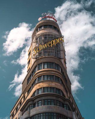 La plaza de Callao y el Edificio de Schweppes, sin duda dos emblemas de Madrid! . Algunos de los lugares más representativos de Madrid son La Puerta de Alcalá, Cibeles o el Retiro, pero si o si, tienes que reconocer que una de las primeras imágenes que se te viene a la cabeza es esta de aquí en Callao! . . . . . . . . . . . . #callao #plazadecallao #callaomadrid #plazacallao #edificioschweppes #granvia #lagranvia #granviamadrid #granvía #callesdemadrid #calledemadrid #timeoutmadrid #demadridalcielo #madridespaña #madridbonita #guiademadrid #visitamadrid #visitmadrid #madridturismo #madridciudad #madrid🇪🇸 #madridsecreto #madridcentro #centrodemadrid #madridspain #visitmadrid