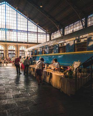 Un mercado en una antigua estación de ferrocarril! 🚂 . Es posible! Es más está ocurriendo justo este fin de semana en Madrid! Si estás buscando hacer algo diferente estos días, te contamos más sobre esta experiencia en nuestro último artículo (enlace en bio). . . . . . #madrid🇪🇸 #madridcity #madridmola #madridmonumental #madridciudad #madrid #madridespaña #madridspain #queverenmadrid #quehacerenmadrid #planesenmadrid #madridturismo #visitmadrid #visitamadrid