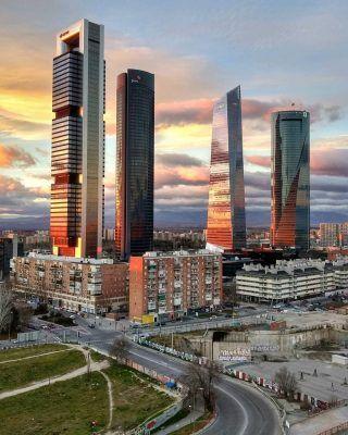 El skyline de Madrid al atardecer, se puede pedir más!? 😍 Mil gracias a @die_go_82 por este fotón!! 📸 . . . . . . . . . . . #las4torres #4torres #4torresmadrid #chamartin #chamartín #cuatrotorres #lascuatrotorres #madrid #madridskyline #atardecerenmadrid #madridciudad #timeoutmadrid #planesenmadrid #madridencanta #demadridalcielo #madridespaña