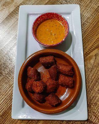 Chorizo vegano?  . Seguro que lo primero que piensas, es que es imposible que sepa  cómo un chorizo normal, sin embargo, déjanos decirte que el parecido es increíble! Y está buenísimo! . Pasate por @elperrogamberro y prueba uno de los mejores restaurantes de comida vegana en Madrid! . . . . . . . #madrid #madrid🇪🇸 #timeoutmadrid #madridspain #madridciudad #madridmola #comerenmadrid #comidaenmadrid #madridcomida #restaurantesdemadrid #madridfood #foodinmadrid #restaurantedemadrid #madridespaña #dondecomerenmadrid