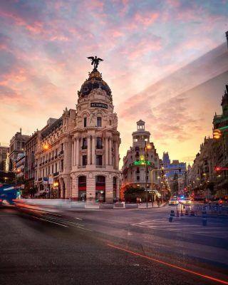 Buenas noches Madrid! Nos despedimos del Sábado con un fotón al atardecer de @juanpeoboe 📸🌇 . Recuerda usar el #MadridAndYou para que compartamos tus fotos de Madrid!  . . . . . . . . . . . #madrid #madridespaña #fotosdemadrid #queverenmadrid #quehacerenmadrid #lugaresdemadrid #madridciudad #granviamadrid #lagranvia #granvia #granvía #granviademadrid #atardecerenmadrid #madridandyou #madridtour