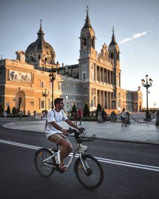 Alguna vez te has recorrerrido Madrid en bici? 🚴 . Hoy te enseñamos las 5 mejores rutas para hacer en bici por la capital! (Enlace en bio) ... . . . . . . . . . . . #madridenbici #madridmola #madridespaña #madridtourism #anilloverdeciclista #madridrio #parquejuancarlosi #casadecampo #casadecampomadrid #elpardo #elpardomadrid #rutaspormadrid #visitamadrid #visitmadrid #laalmudena #palaciorealmadrid #atochamadrid #elretiro #madridtour #madridcultura #timeoutmadrid #madridcity #madridlovers