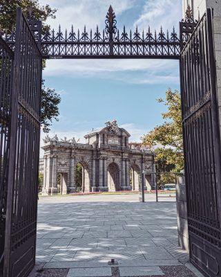 La puerta del Alcalá encuadrada por el gran @guigurui !! 📸😍 . . . . . . . . . . . . . . #puertadealcala #puertadealcalá #madridencanta #madridhistorico #madrid #madridtour #madridcultura #madridespaña #ciudaddemadrid #madridcity #madridcentro #madrid🇪🇸 #madridenotoño #timeoutmadrid #madridbible #queverenmadrid #quehacerenmadrid