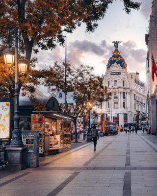 Seguramente se trate de el edificio más fotografiado de todo Madrid y con la última postal que nos trae @ylli , es fácil entender porqué!🥰📸 . . . . . . . . . #madrid🇪🇸 #madridcity #madridmola #madridfotos #madrid #madridespaña #madridjoven #madridciudad #quehacerenmadrid #timeoutmadrid #metropolismadrid #granvia #callao #atocha #cibeles #principepio #madridmemola #madridlovers #madridmonumental