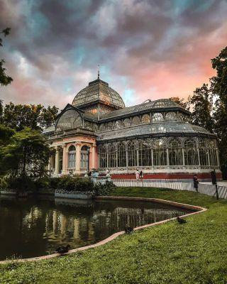 Algún plan más romántico que disfrutar del Palacio de Cristal del Retiro durante un atardecer de verano? 😍🌇 . . . . . . . #madridmola #madridespaña #madrid #madrid❤️ #madridturismo #turismomadrid #visitmadrid #visitamadrid #queverenmadrid #quehacerenmadrid #timeoutmadrid #elretiro #elretiromadrid #retiro #retiromadrid #elretiropark #palaciodecristal #paláciodecristal #atardecerenmadrid #madridciudad #madridspain