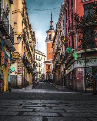 Una Madrid colorida 🎨 . Perderse por las calles de Lavapiés es sin duda una de las cosas que hay que hacer en Madrid, pero siendo específicos, te recomendamos visitar la Calle de la Fe, entre sus colores y la Iglesia de San Lorenzo de fondo, te enamoraras al instante! . . . . . . . . . . #callesdemadrid #timeoutmadrid #madridtourism #madridmola #madrid #lavapies #lavapiés #lavapiesmadrid #calledelafe #madridsecreto #madriddesconocido #lugaresdemadrid #queverenmadrid #atochamadrid #nuevosministerios #lacastellana #elretiro #retiromadrid #madridespaña #madridjoven #madridcultura