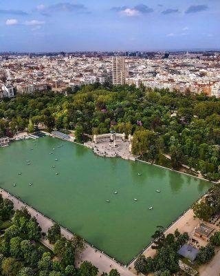@world_walkerz nos enseña algo que muy pocos habrán visto... El Retiro desde el cielo!😍 . Este verano, sin duda uno de los mejores planes que puedes hacer (perfecto para parejas), es montarte en las barcas del retiro! Y si es al atardecer mucho mejor!🔥 . Usa el #MadridAndYou si quieres que compartamos tus fotos de Madrid! . . . . . . . . . #madridmola #madrid #timeoutmadrid #madridenverano #veranoenmadrid #madridespaña #madrid❤️ #madridciudad #madridturismo #visitamadrid #visitmadrid #elretiro #retiropark #retiromadrid #elretiromadrid #retiro #parquedelretiro #madrid_monumental #quehacerenmadrid #queverenmadrid #planesenmadrid #madridcity #madridspain #madrid_joven