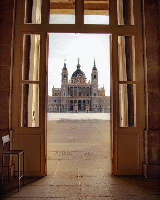 @_.carlita._ nos enseña una perspectiva totalmente única de la Almudena 😍📸 . Y por cierto, hablando de monumentos bonitos de Madrid, hoy en un nuestro artículo (Enlace en bio) te enseñamos las 5 iglesias más bonitas de la ciudad! Por supuesto, la cripta de la Almudena tenía que entrar, pero conoces las demás? . . . . . . . . . . #iglesia #iglesias #catedraldelaalmudena #laalmudena #catedraldemadrid #madrid #timeoutmadrid #quehacerenmadrid #queverenmadrid #iglesiasdemadrid #madrid🇪🇸 #madridespaña #madridspain #madridescultura #madridcity #madridciudad #madridencanta #madridhistorico #madridandyou