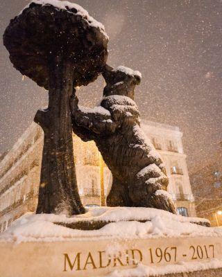 Sabemos que se acercan esos días de lluvia (o incluso nieve si es como el año pasado) y mucho frio, asi que hoy te traemos los mejores planes para hacer en Madrid cuendo llueve! (Enlace en bio) . Mil gracias a @antoniorull por este fotón!! 📸😍 . . . . . . . . . #quehacerenmadrid #queverenmadrid #lluviaenmadrid #nieveenmadrid #madridnevada #madridnieve #planespormadrid #actividadesenmadrid #madridtours #timeoutmadrid #madrid #madridespaña🇪🇸 #madridespaña #madridciudadmagica #madridturismo #nevadaenmadrid